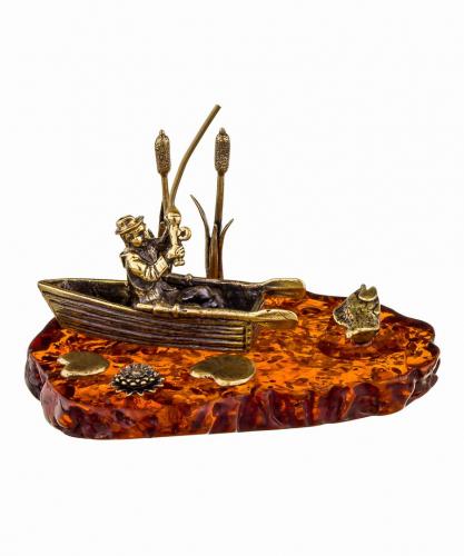 Рыбак в лодке 215