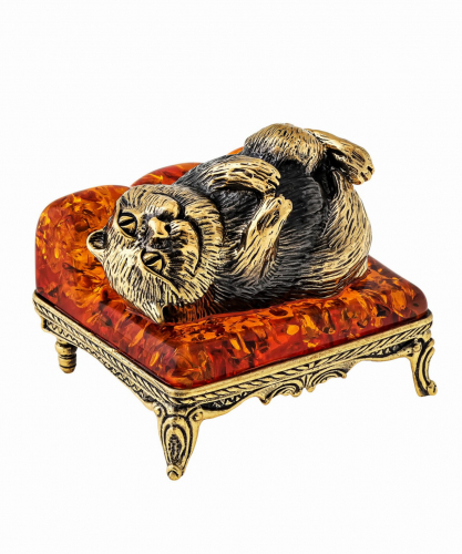 Кот на диване лежит 1460