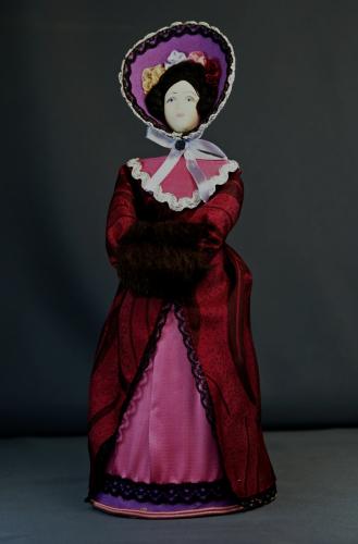 Кукла сувенирная фарфоровая. Дама в прогулочном костюме. Сер.19 в. Петербург. Европейская мода.