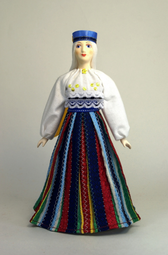 Девушка в национальном эстонском костюме.