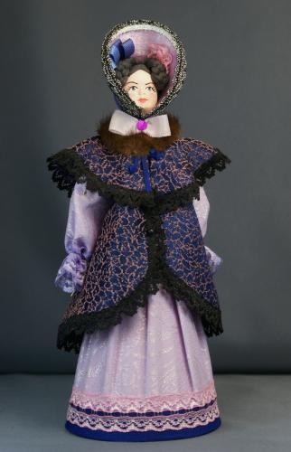 Кукла сувенирная фарфоровая. Дама в костюме с горжеткой. Нач. 19 в. Петербург. Европейская мода.