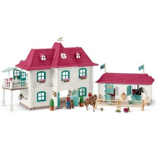 Большой конный двор с жилым домом и конюшней