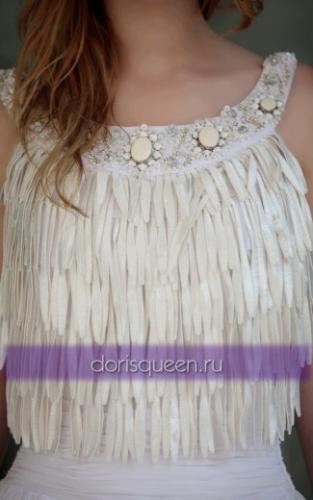 Длинное белое платье с бахромой и бисером