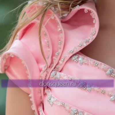 Длинное розовое платье с оборками на одно плечо