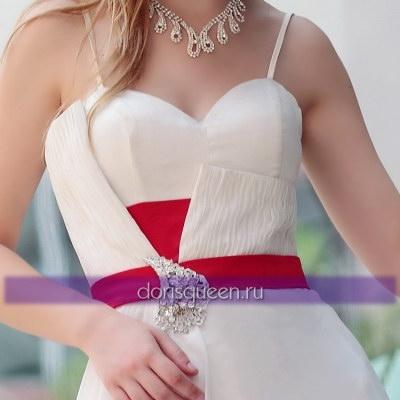 Белое платье с красным поясом и брошью