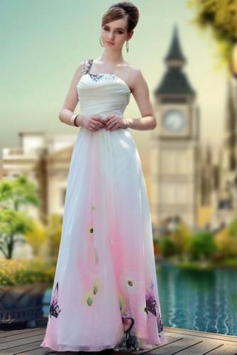 Белое платье на одно плечо с принтом