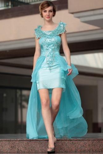 Голубое платье с шлейфом и пайетками
