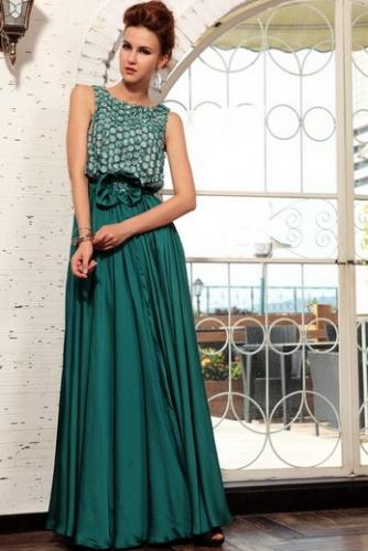 Темно-зеленое атласное платье с вышивкой