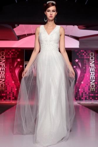 Белое платье с аппликацией и блестками