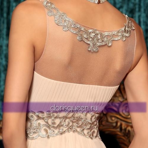 Бежевое платье с аппликацией и вышивкой