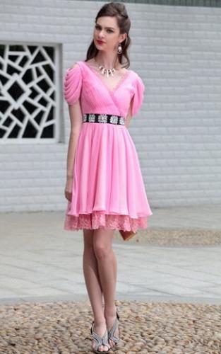 Розовое платье с плиссировкой и кружевом