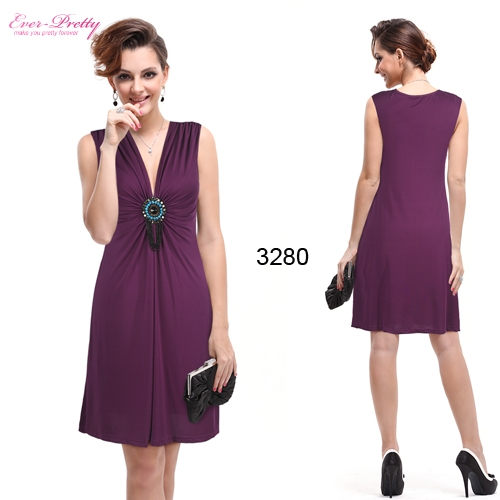 Легкое пурпурное платье с брошью