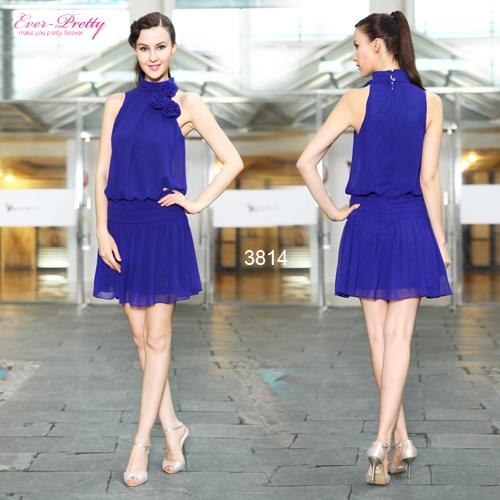 Синее платье с высоким воротником и цветами