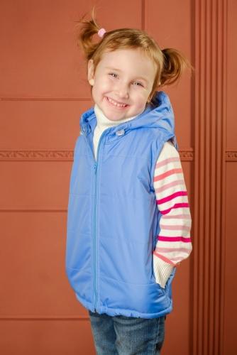 Утепленный детский жилет с капюшоном - голубой