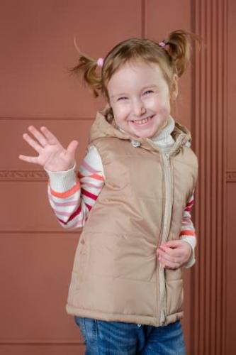 Утепленный детский жилет с капюшоном - капучино
