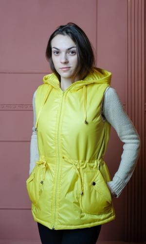 Женский жилет с капюшоном и накладными карманами.Цвет-желтый