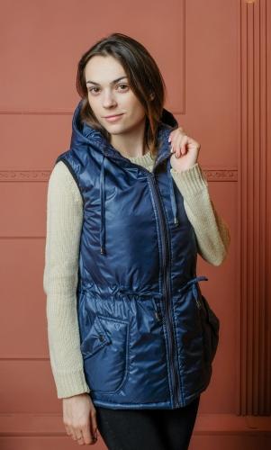 Женский жилет с капюшоном и накладными карманами.Цвет-синий
