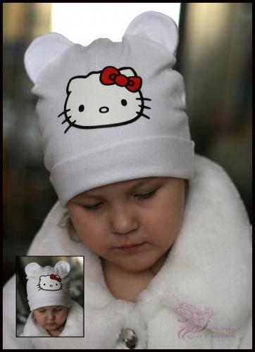 Белая шапка с ушками и принтом Hello Kitty…