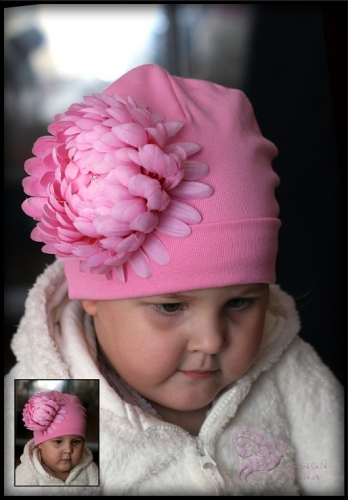 Розовая шапка с хризантемой