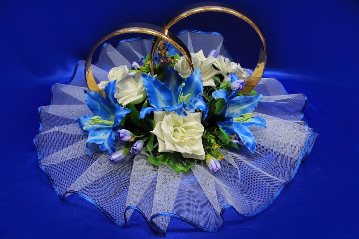 фото свадебных колец на голубом который