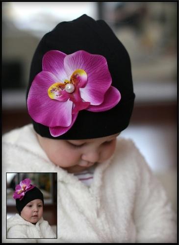 Черная шапочка с сиреневой орхидеей