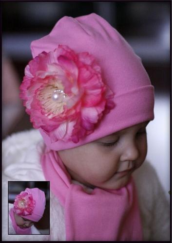 Ярко-розовая шапочка с шелковым пиончиком