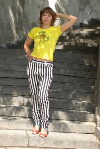 Черно-белые полосатые брюки женские
