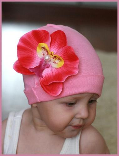 Розовая шапочка с розовой орхидеей …