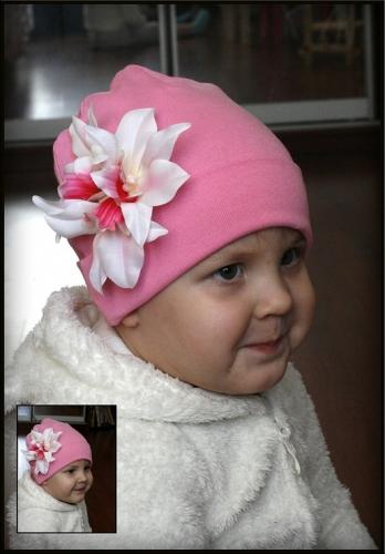 Розовая шапочка с белым фаленопсисом
